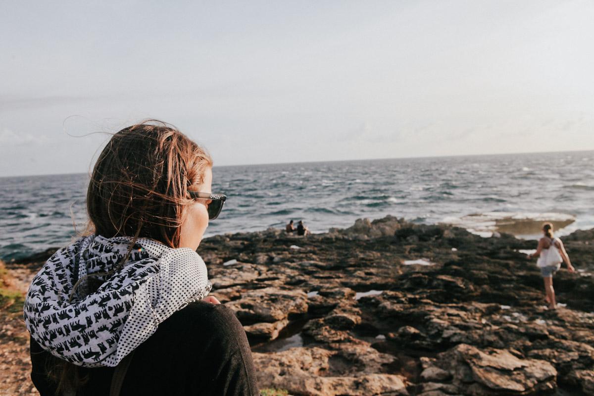 Indonesien, Bali, Nusa Lembongan, Frau blickt aufs Meer