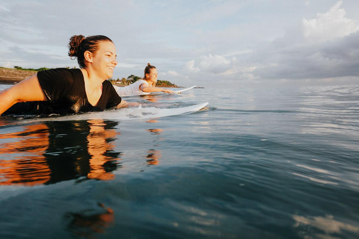 Indonesien, Bali, Surferinnen paddeln ins Line-up