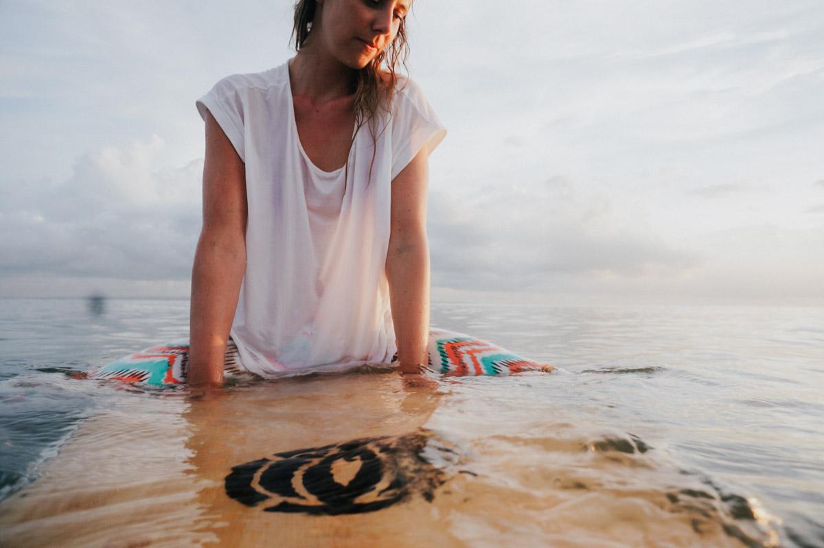 Indonesien, Bali, Surferin, Sonnenuntergang