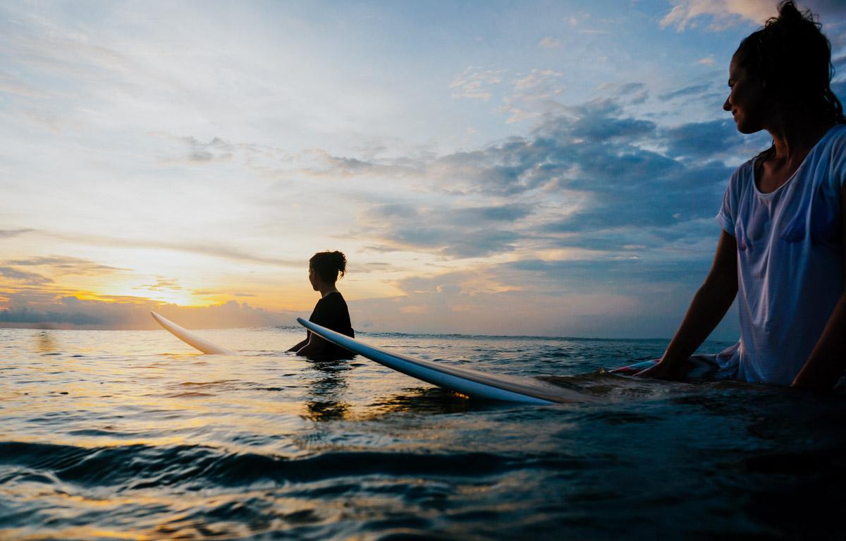 Indonesien, Bali, Canggu, 2 Surferinnen im Wasser
