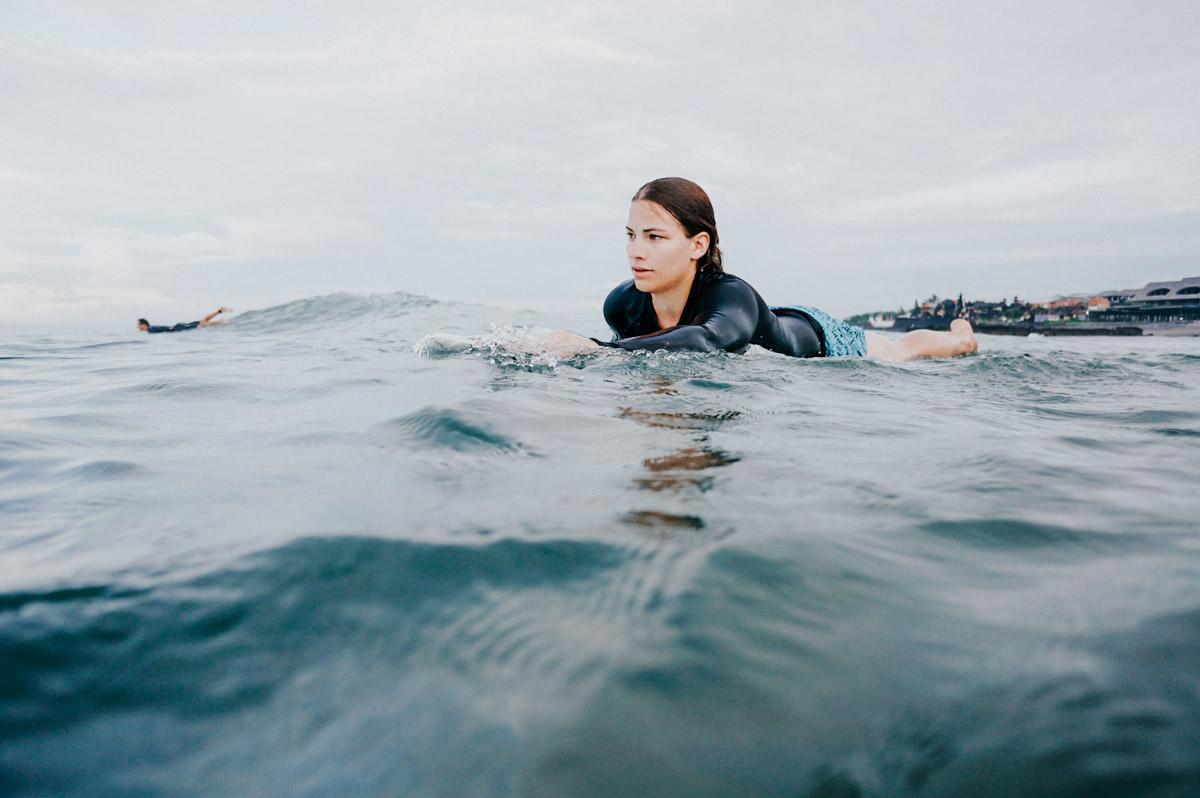Indonesien, Bali, Surferin paddelt