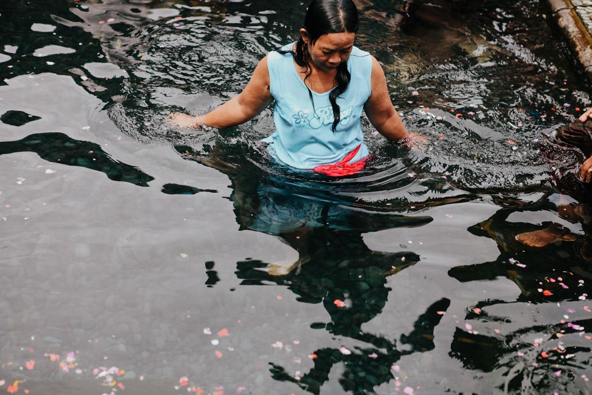 Indonesien, Bali, Tirta Empul Temple, Hindu Frau im Wasser