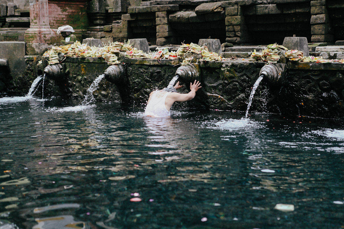 Indonesien, Bali, Tirta Empul Temple, Hindu bei der Waschung