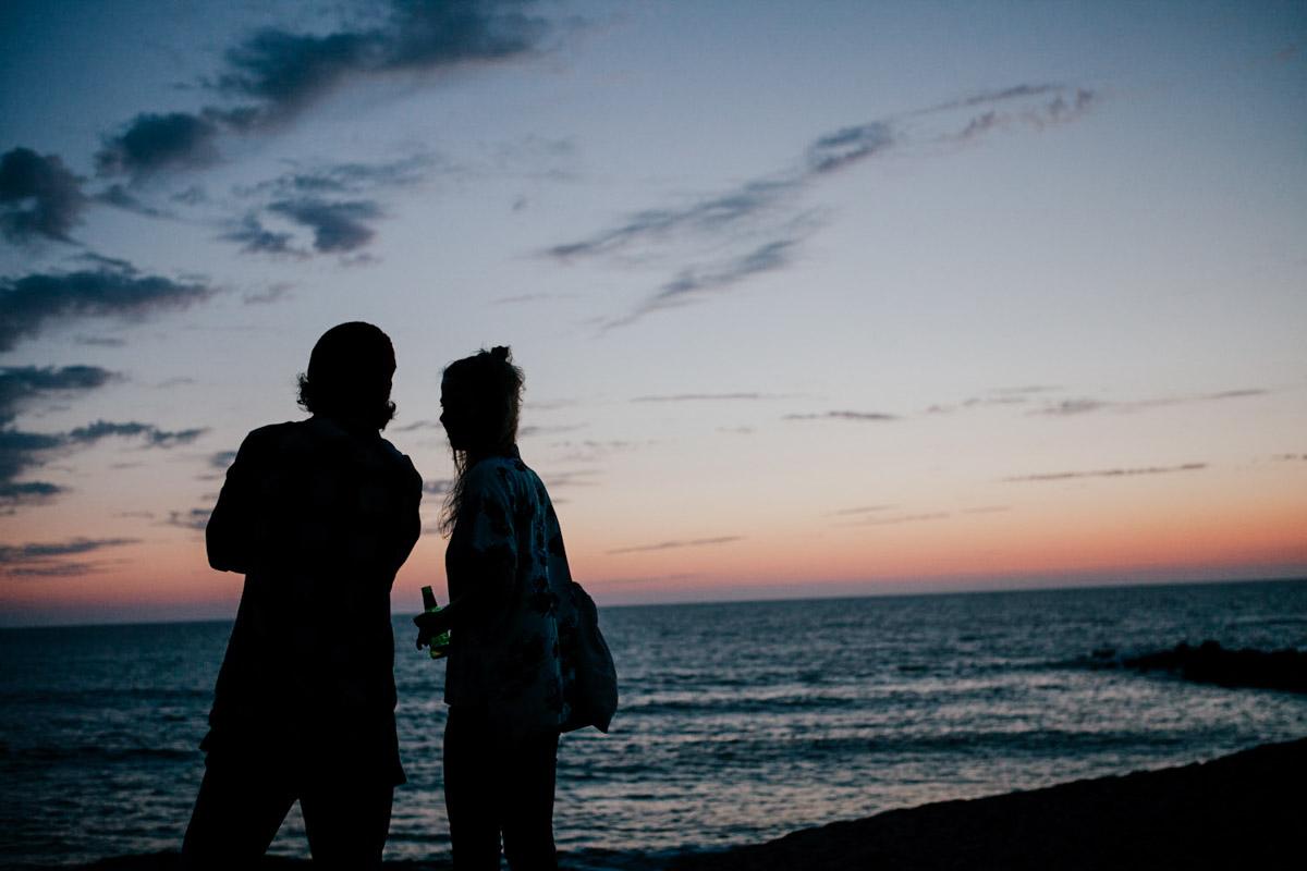 Frankreich, Aquitaine, Capbreton, Paar schaut den Sonnenuntergang an