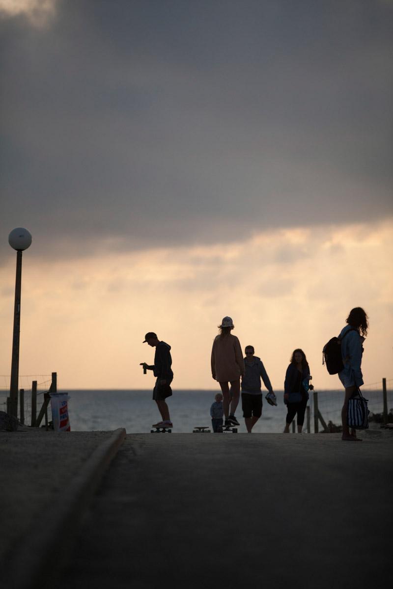 Frankreich, Aquitaine, Seignosse, Longboarden, Strand, Sonnenuntergang