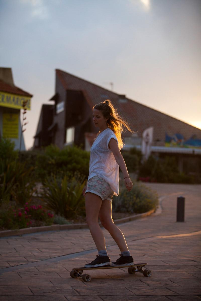 Frankreich, Aquitaine, Seignosse, Longboarderin, Skateboard, Sonnenuntergang