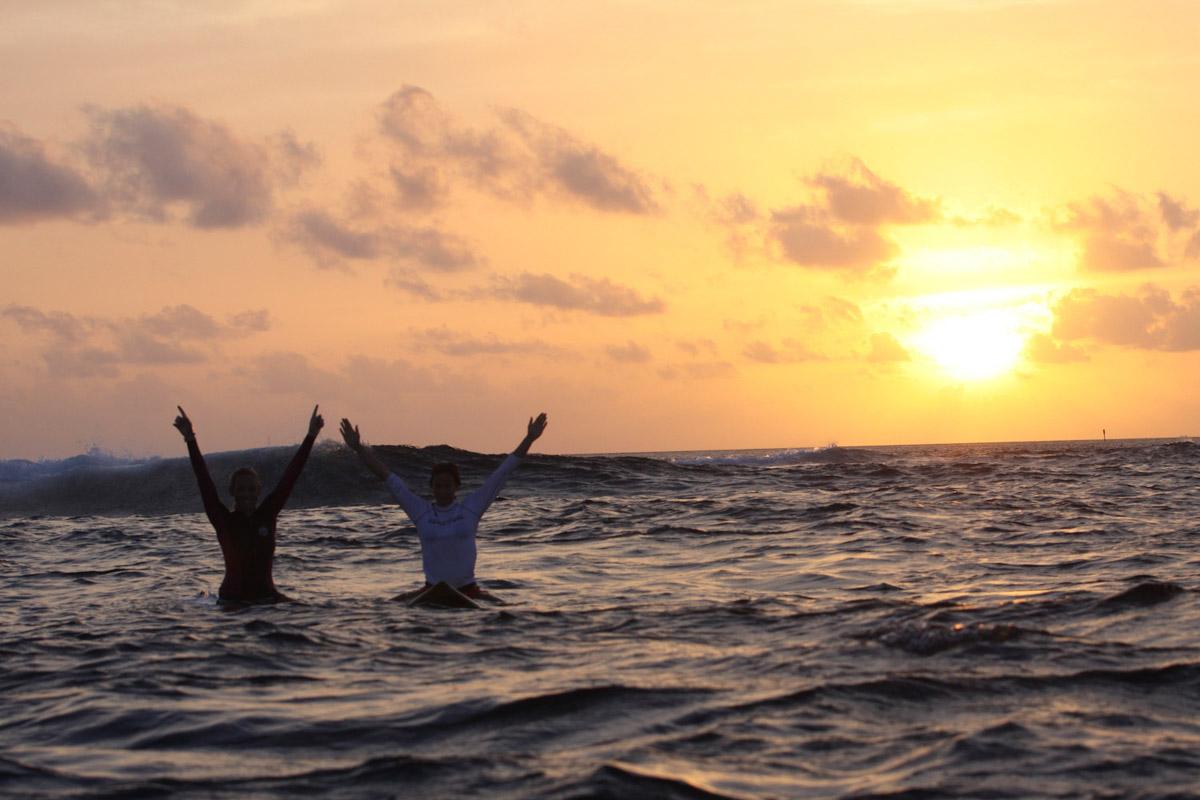 Malediven, Südmale Atoll, Surf Boattrip, Surferinnen im Sonnenuntergang