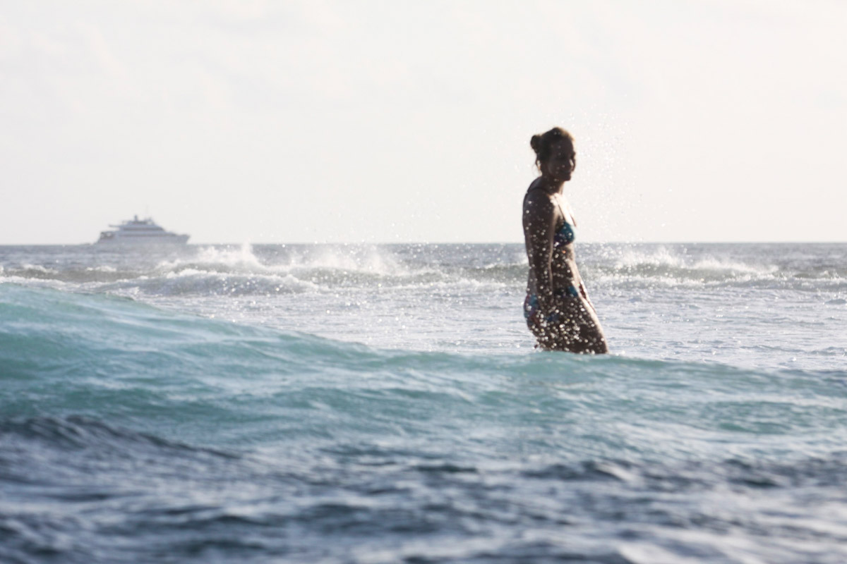 Malediven, Südmale Atoll, Surf Boattrip, Surferin