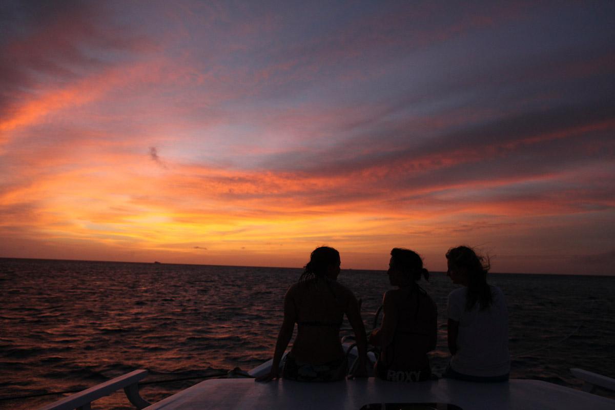 Malediven, Südmale Atoll, Surf Boattrip, Mädchen im Sonnenuntergang